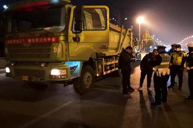 """严查严处 郑州96辆""""后八轮""""渣土车被查2名司机被拘"""