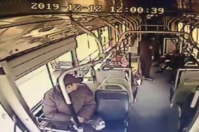 郑州一农民工怕弄脏座位坐地上 车长暖心为其买饭