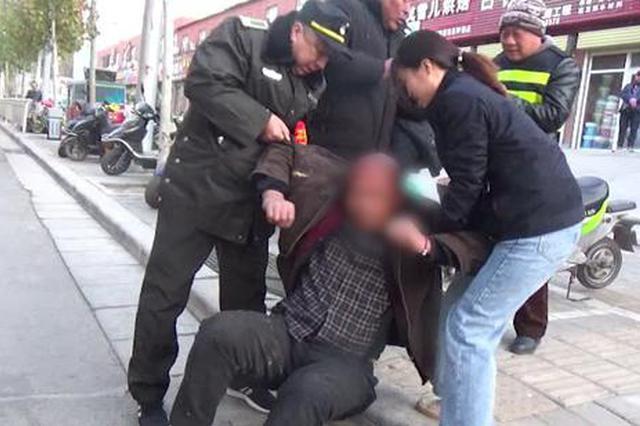 """郑州两名市民搀扶倒地老人称:""""不怕讹 必须要帮"""""""