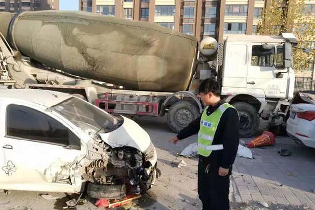 水泥罐车郑州街头躲车失控 一头冲到路边连撞七车