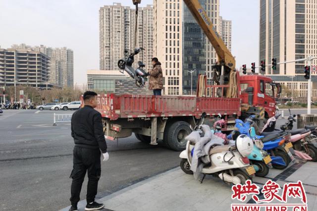 电动车不能乱停乱放 郑州交警一小时拖走50辆违停车
