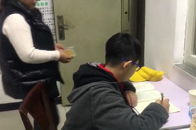 """郑州男孩找不到家长求助车长 """"暴躁""""老爸见面就苛责"""