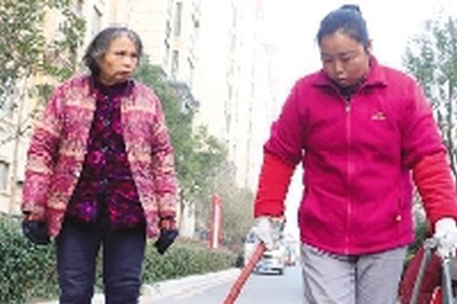 母亲患病不能自理 安阳女子为补贴家用带着母亲去打工