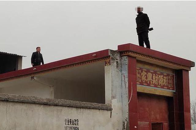 漯河以精神病人手持双刀伤人 民警空手夺下白刃