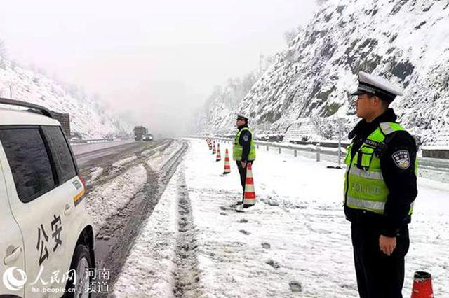 组图:以雪为令 河南高速路警联动战冰雪