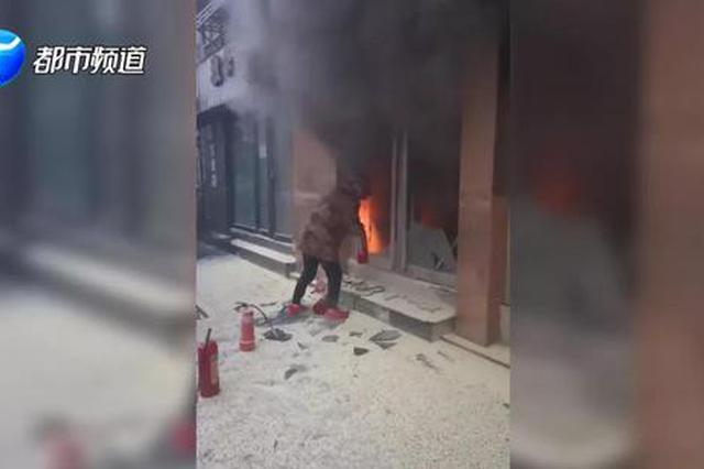 新乡一居民楼下火光冲天 6名汉子冲进火海救人