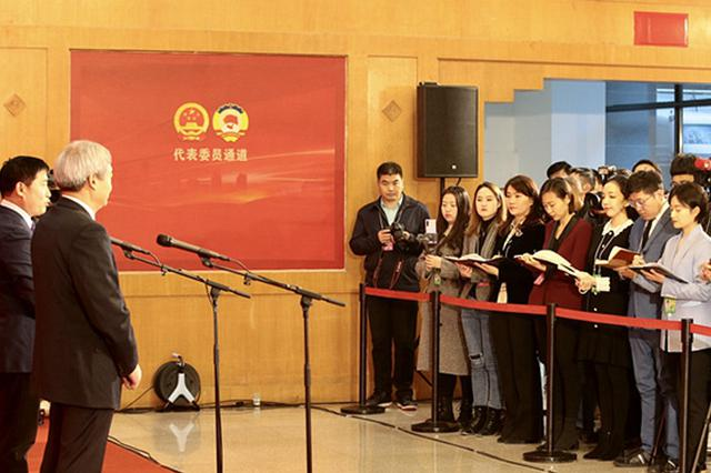 河南两会代表通道再次开启 6位代表聚焦扶贫产业等热点话题