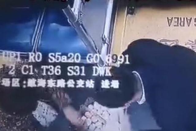 阿姨卖鸡蛋坐错公交车 郑州车长高价购买助其回家