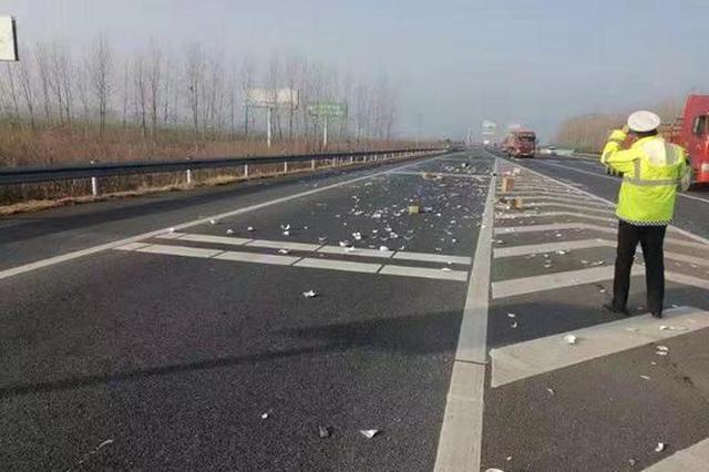 """高速路面散落一地碎瓷器 高速交警及时清障确保""""碎碎平安"""""""