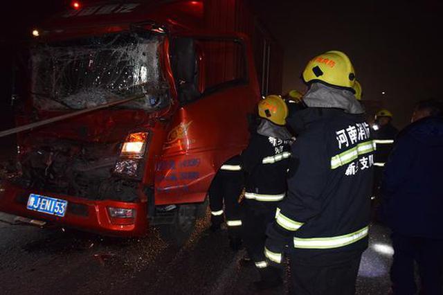 凌晨货车追尾酿车祸 新乡高新区消防紧急救援