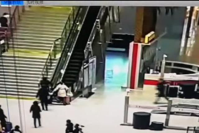 洛阳高铁站女乘客摔倒在电梯上起不来 民警飞身救人