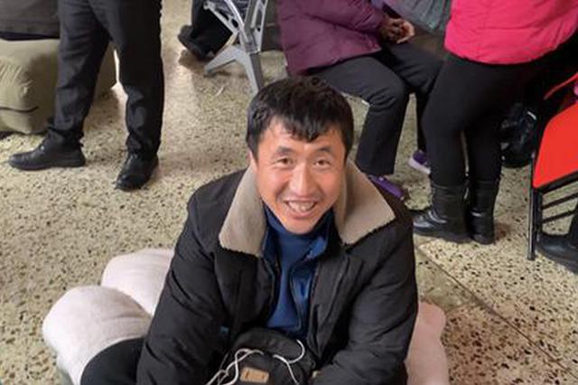 河南春运:大叔背井离乡20年 坐50小时火车与家人团聚