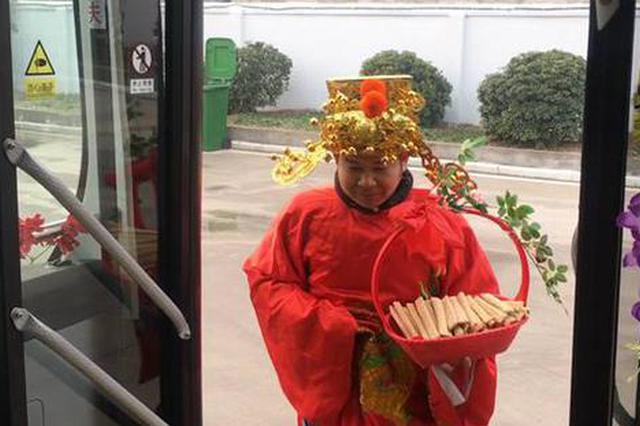 """郑州车长扮神仙""""串岗"""" 给乘客发麻糖拜年 太萌!"""