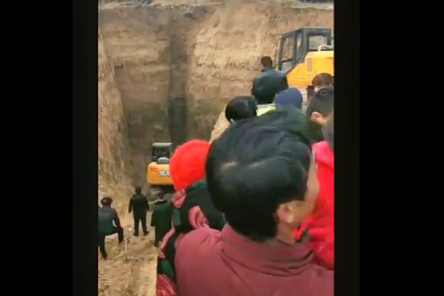 挖掘机安阳乡村挖井三天找尸体?当地公安:目前没挖到尸体
