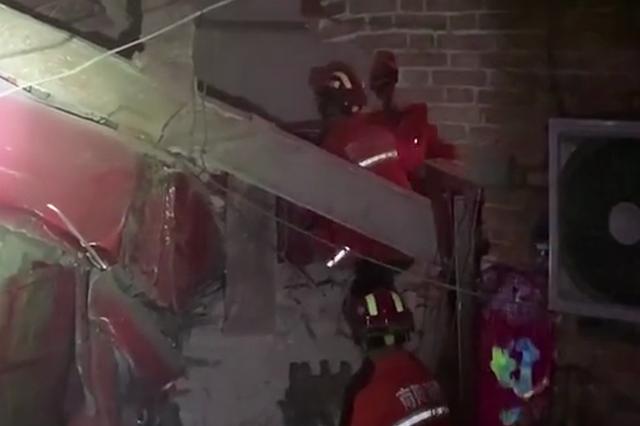 南阳一大货车冲入路边民房 5人被吓醒:床都被撞塌了
