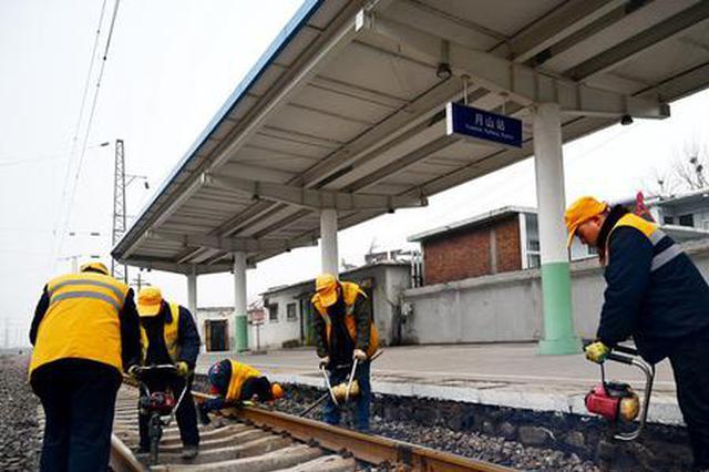 周永慧检查铁路线路的平顺度。 王占军摄