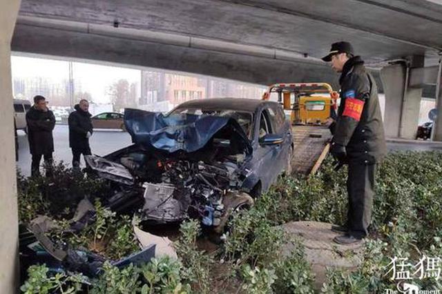 网约车清早赶活 失控撞上桥墩 安全气囊救了司机一命