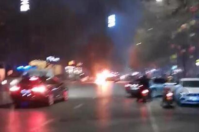 郑州街头汽车起火 目击者听到疑似爆炸声