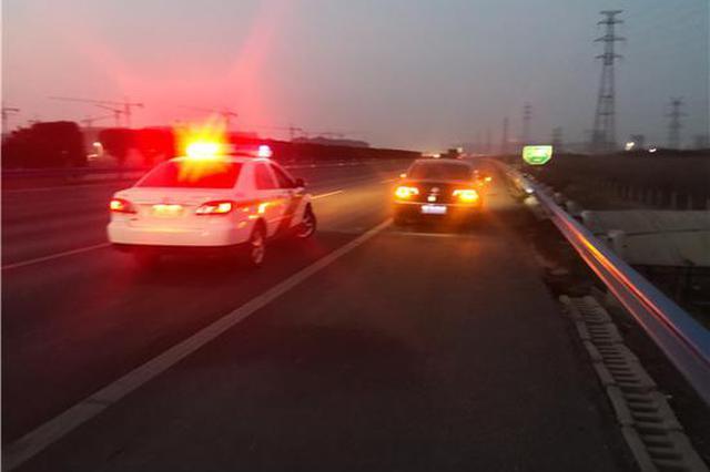 轿车行驶中瘪胎 河南高速交警护送半小时安全下站