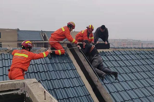 """醉酒男子爬上顶楼房檐欲轻生 消防""""悄咪咪""""靠近后成功解救"""