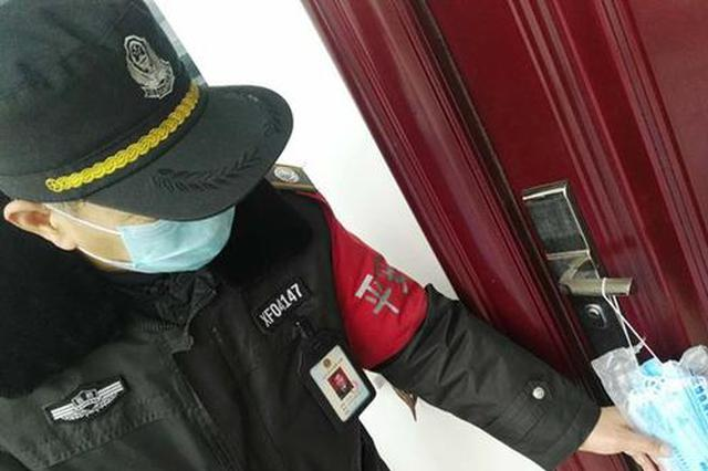 """郑州八旬老人急需口罩 巡防队员""""人不见人""""送上口罩"""
