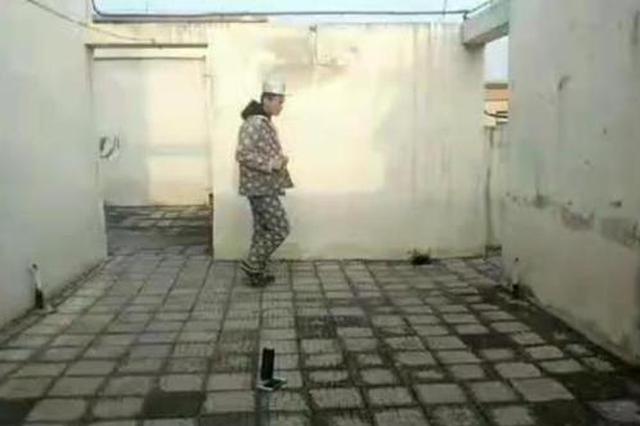 憋坏了!郑州小伙在房顶一小时跑500圈 隔窗开演唱会