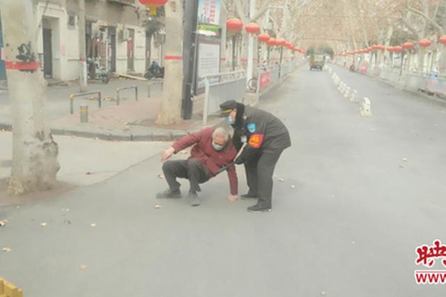 郑州老人长时间待在家憋得慌 想出门走走刚下楼就摔倒
