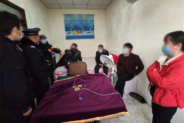 6名村民在家闷得慌不戴口罩聚众赌博 民警到场后悲剧了