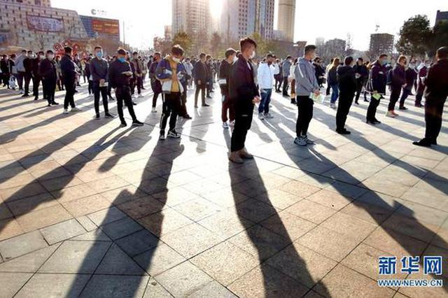 组图:伊川县首批216名外出务工人员启程返岗
