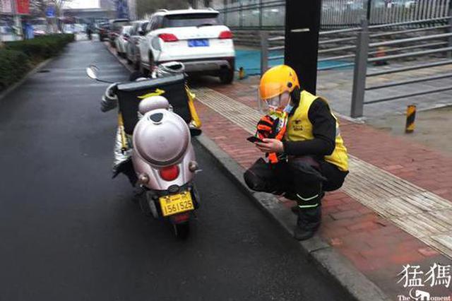外卖小哥干吃方便面充饥 郑州市民端来热水暖了街头