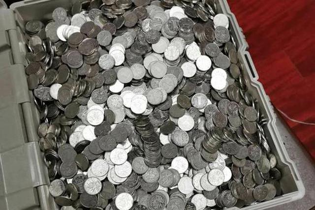 辉县女老板在银行存13万枚硬币 10名员工数钱到手套破皮