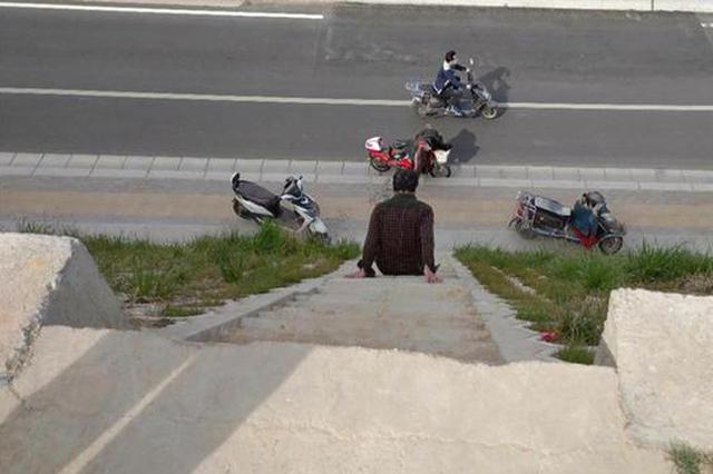 郑州市民发现惊险步梯 修建在十几米高的陡坡上