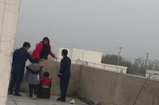 女子七楼欲轻生 周口消防成功营救