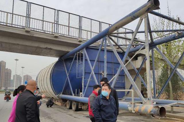 侥幸心理害死人!郑州一大货车超高通不过被卡在桥下