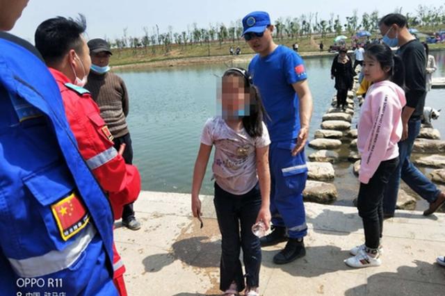 7岁女孩游玩时意外坠湖 驻马店志愿者跳入湖中救起