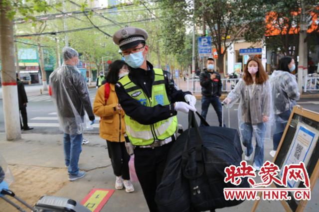 服务学生和家长!郑州交警为高三学生复学保驾护航