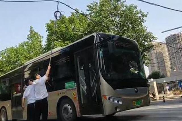 """郑州快车道上公交遭遇""""电击"""" 这些人冒险解围"""