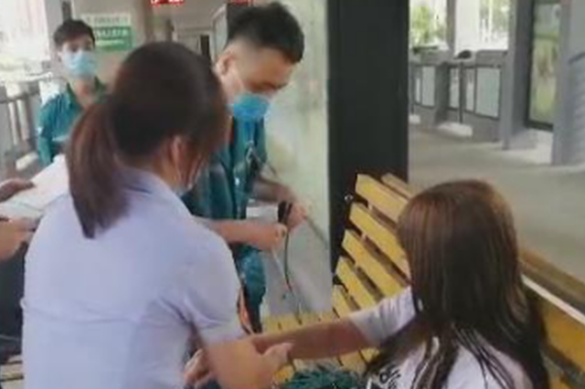 女孩因减肥晕倒郑州公交站台 幸遇热心站务长援手相助