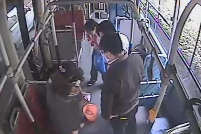 孕妇公交上呕吐围过来一圈陌生人 有人递水有人清理