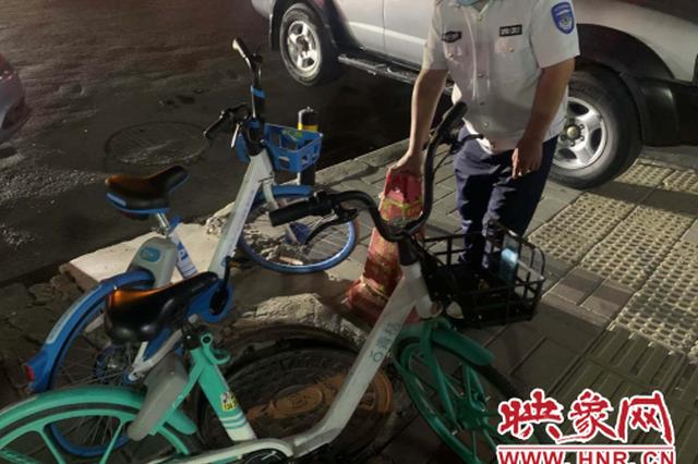"""郑州街头一窨井盖成""""跷跷板"""" 行人踩上当场摔倒"""