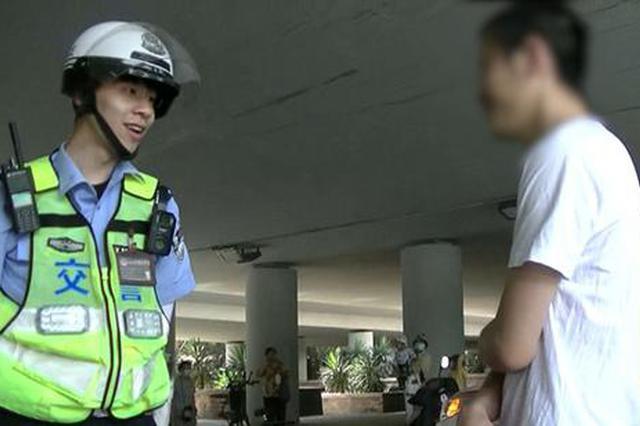郑州一电动车引发三连撞 交警看到眼前一幕哭笑不得