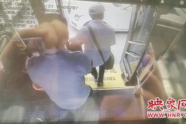 盲人乘公交获陌生人护送 郑州市民与车长温暖接力