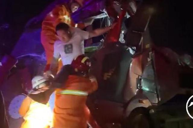 """货车与水泥罐车相撞 商丘消防员搭""""人体台阶""""救援"""