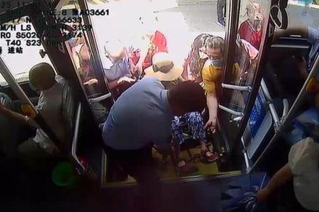 坐轮椅上公交车不方便 接连两天郑州公交车上演温馨一幕