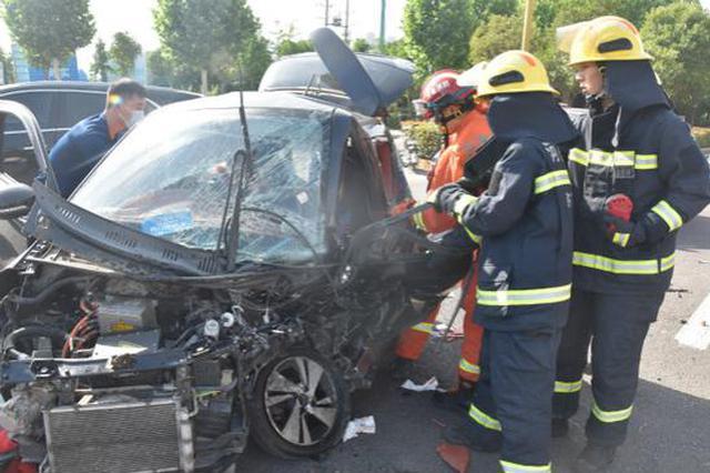 车祸现场女司机被困驾驶室 许昌消防成功救援