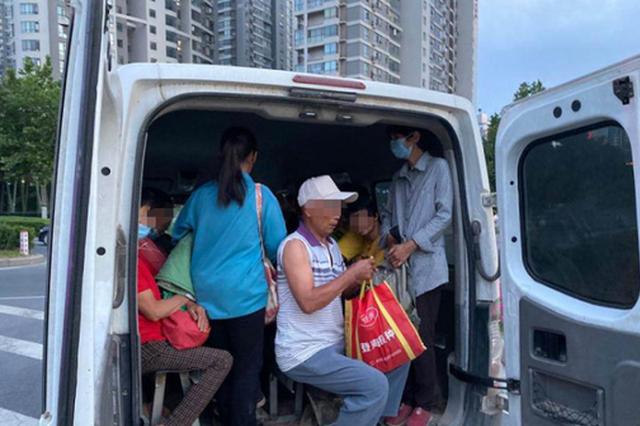 密密麻麻全是人 郑州一小客车超员近300%被交警查处