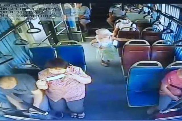 女孩与家人走散独自坐公交 关键时刻淡定报出一串数字