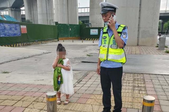 郑州萌娃贪玩独自路边徘徊 警察蜀黍陪玩陪聊举高高