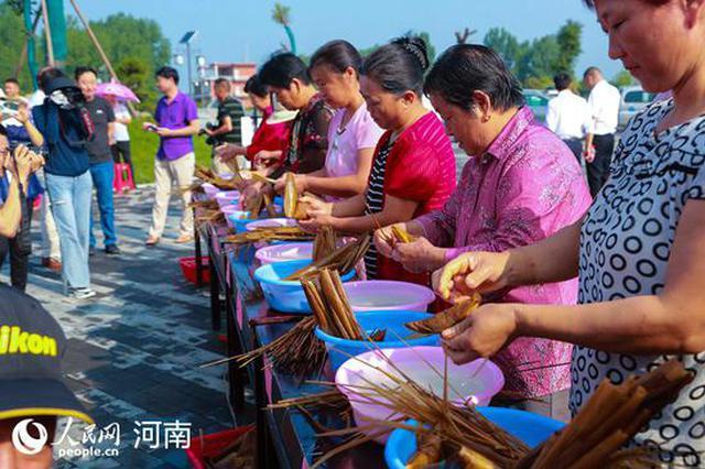 光山:包粽子比赛迎端午(图)
