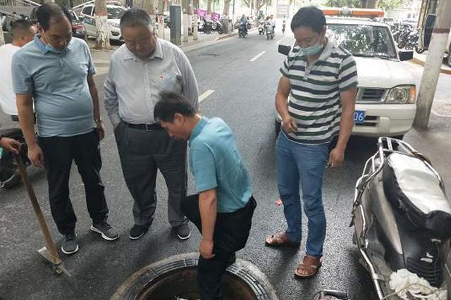 """防止""""吞人"""" 郑州市中原区为1100座窨井加装防坠网"""